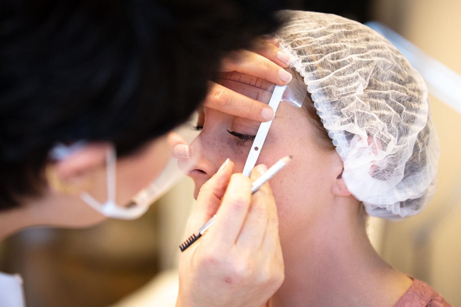 Permanente make-up wenkbrauwen behandeling